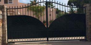 2 flügliges Eingangstor mit Spitzen und Teilsichtschutz