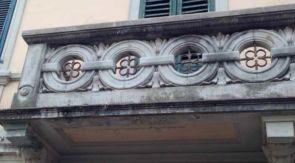 Schmiedeeiserner Elemente in einem sehr alten Balkon