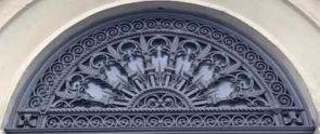 Aufwendiges altes Fenstergitter halbrund außen