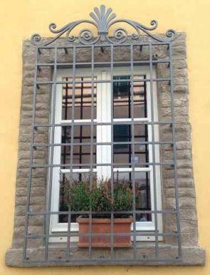 Prächtiges altes Fenstergitter