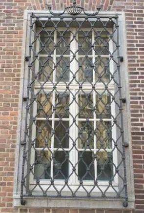 Repräsentatives altes Fenstergitter