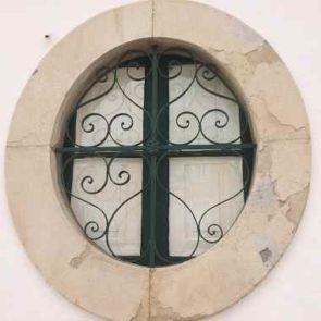 Stilvolles altes filigranes Fenstergitter