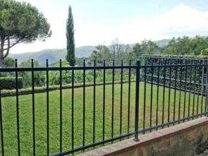 Schlichter stilvoller Zaun