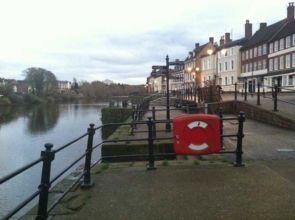 Schönes altes englisches Geländer am Wasser