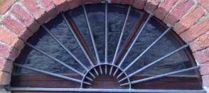 Schlichtes geschmiedetes halbrundes Fenstergitter