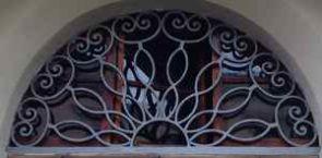 Liebevoll geschmiedetes Fenstergitter halbrund