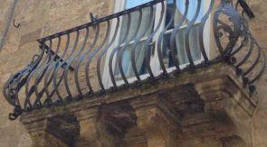 Geschmiedeter alter Balkon