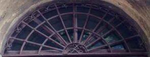 Schweres halbrundes Fenstergitter geschmiedet