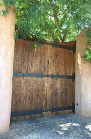 Riesiges Holztor mit großen geschmiedeten Beschlägen