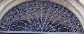 Sehr schönes stattliches halbrundes Fenstergitter geschmiedet