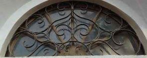 Altes Fenstergitter halbrund