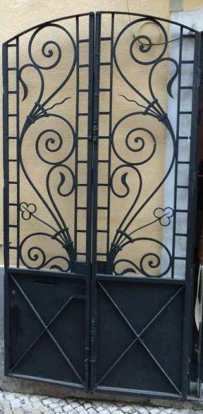 Schmales Eingangstor mit schönen schmiedeeisernen Elementen