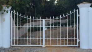Einfaches weißes schmiedeeisernes Tor