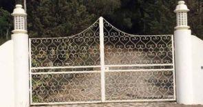 Weißes schmiedeeisernes Tor mit Herzen