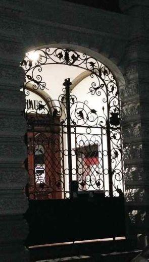 Großer Schmiedeeiserner Toreingang im Rundbogen