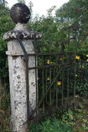 Antiker Torpfeiler mit Kugel und schönem alten schmiedeeisernen Tor