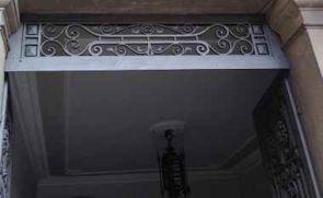 Schmiedeisernes Fenstergitter oberhalb der Eingangstür