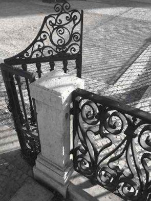 Altes verschnörkeltes Geländer mit Pforte