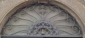 Stilvoll verziertes halbrundes Fenstergitter