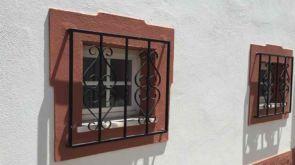 Schöne geschmiedete Fenstergitter außen