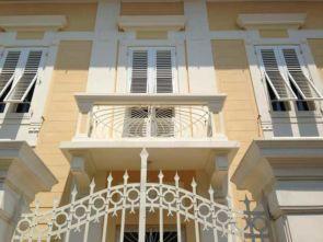 Weißer Balkon passend zum schönen Gebäude