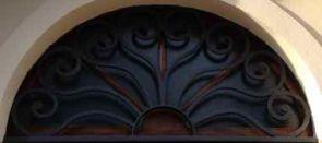 Wundervolles Fenstergitter halbrund über der Hauseingangstür