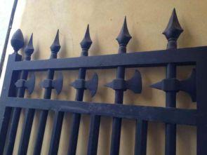 Stabiler origineller schmiedeeiserner Zaun mit Axt Symbol