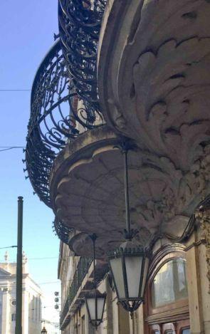 Antike Hängeleuchten unter altem historischen Balkon