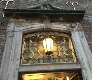 Wundervolle alte Wandleuchte in schmiedeeisernen Fenstergitter